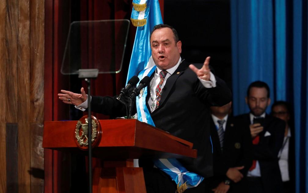 O presidente da Guatemala, Alejandro Giammattei, discursa em sua cerimônia de posse, na Cidade da Guatemala, na terça-feira (14) — Foto: Reuters/Luis Echeverria