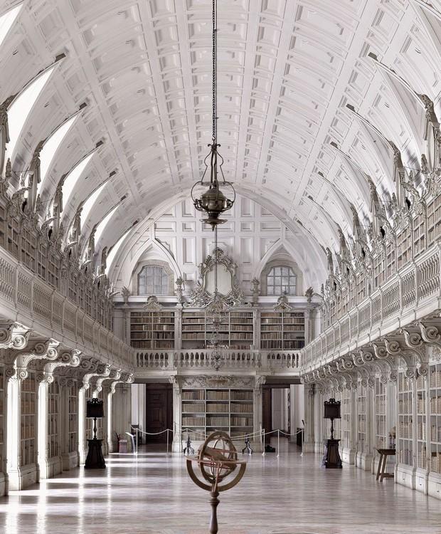 Biblioteca do Convento de Mafra, em Mafra, Portugal (Foto: Massimo Listri/ Taschen/ Reprodução)