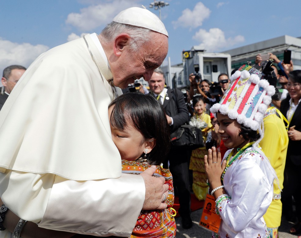 Papa Francisco é recebido por crianças vestidas com roupas tradicionais ao chegar ao aeroporto de Yangon, em Mianmar, nesta segunda-feira (27)  (Foto: Andrew Medichini/ AP)