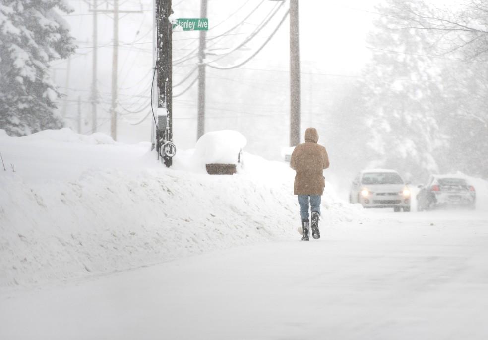 Nevasca deixa vias cobertas de neve na Pensilvânia, EUA. (Foto: REUTERS/Robert Frank)