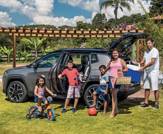 O Jeep Compass agradou à família Oliveira. da esquerda para a direita, Estela, José Carlos, Théo, Edilene e Paulo Henrique. (Foto: Marcos Camargo/Editora Globo)