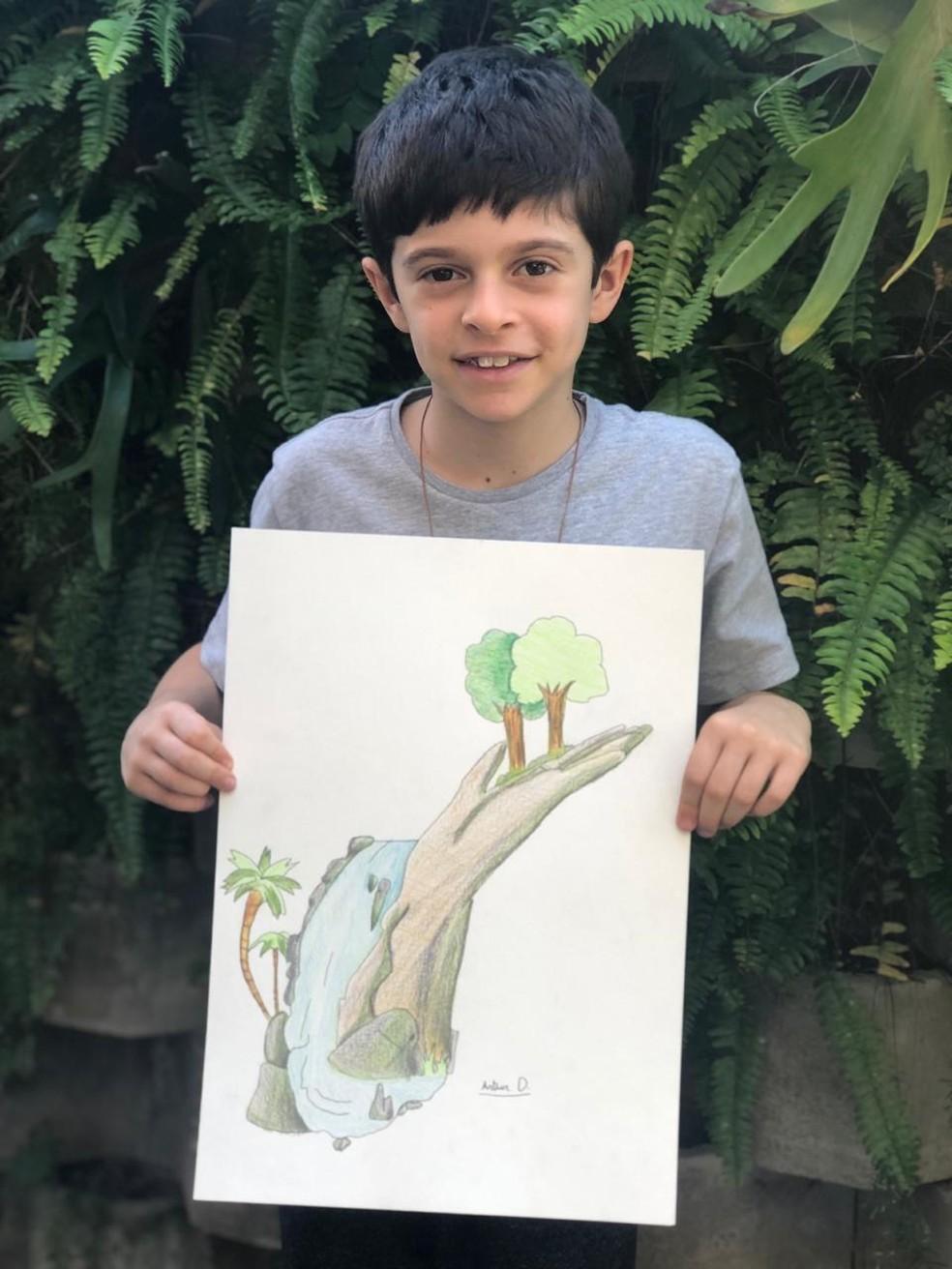 Menino produziu um trabalho para a escola com o tema era sustentabilidade — Foto: Gisele Ribeiro/Arquivo pessoal