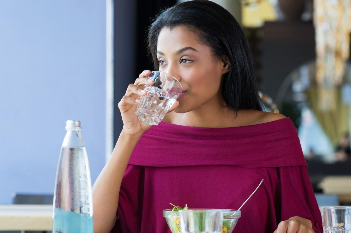 Resultado de imagem para beber enquanto almoca