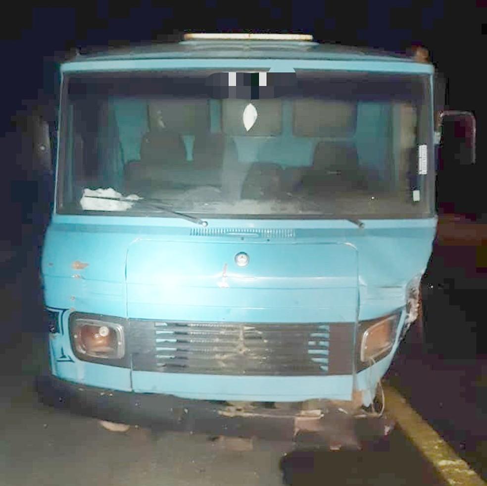 Motorista do caminhão fugiu do local e removeu as placas do veículo — Foto: PRF/Divulgação