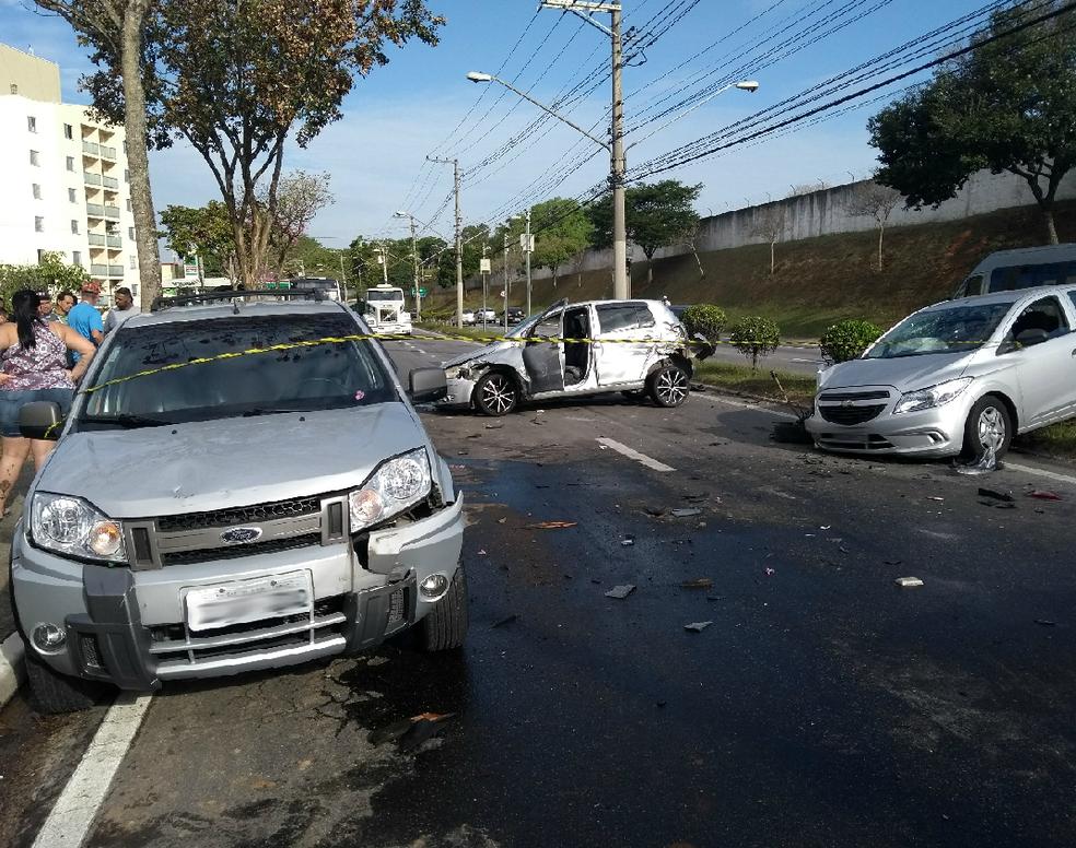 Três ficam feridos em acidente durante perseguição na avenida dos Astronautas em São José (Foto: Vanguarda Repórter/Leonardo Fernandes)
