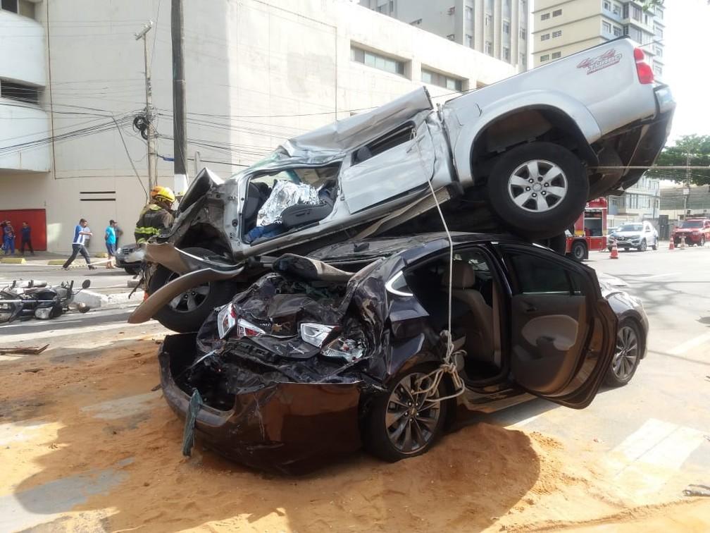 Caminhonete fica sobre carro em acidente de trânsito em Maceió — Foto: Heliana Gonçalves/TV Gazeta
