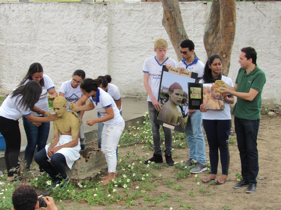 Jayse Ferreira e alunos durante aula — Foto: Arquivo Pessoal