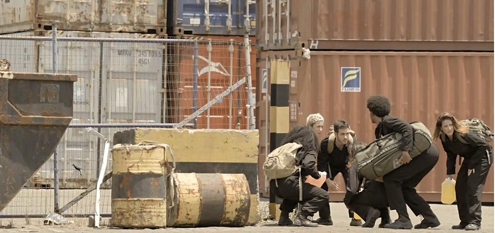 Ativistas invadem fábrica da PWA em 'Amor de Mãe' — Foto: Globo