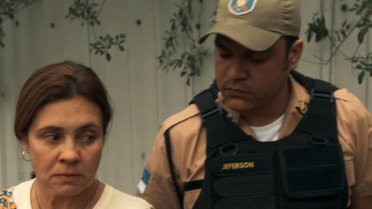 Fátima enfrenta policial que a extorquiu