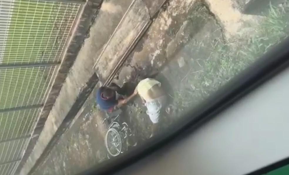 Cadeirante cai em trilhos do Metrô em Brasília e sofre traumatismo craniano — Foto: Reprodução