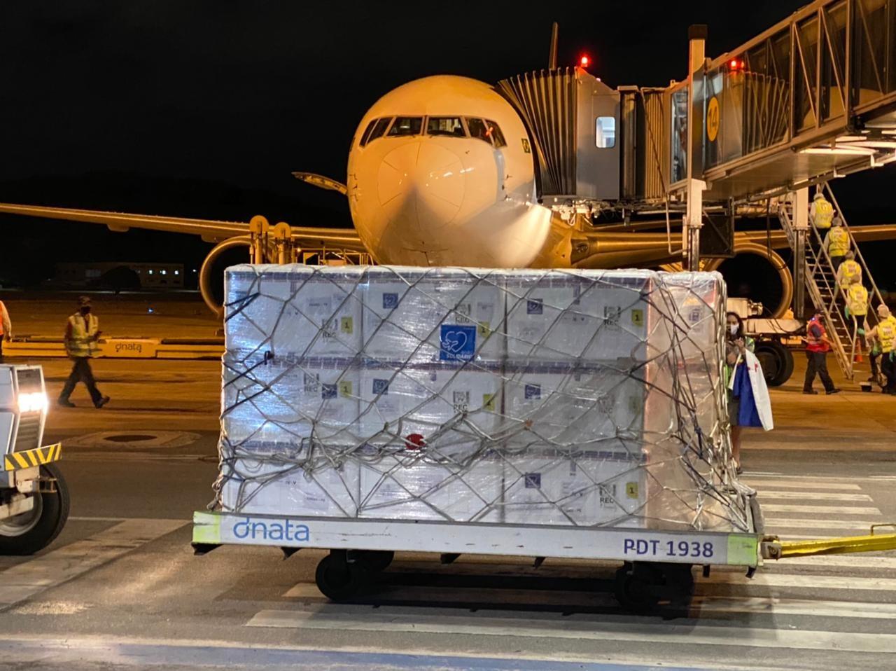 Chega ao Recife avião com o primeiro lote de doses da vacina contra a Covid-19