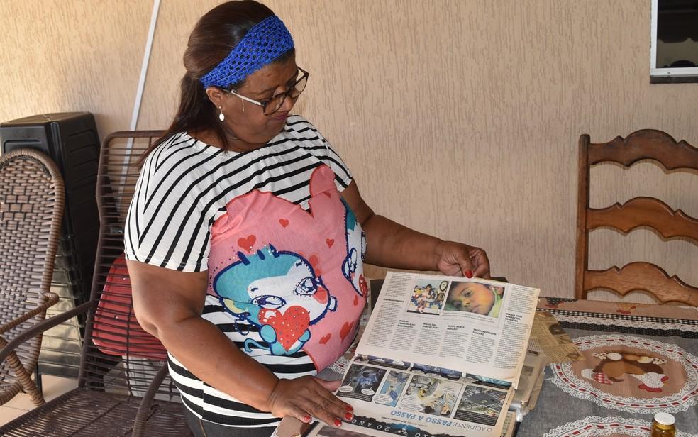 Luiza Odet  guarda recortes de jornais da época do acidente (Foto: Paula Resende/ G1)