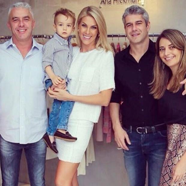 Alexandre Correa, Ana Hickmann com o filho Alexandre Jr., Gustavo Correa e Giovana Oliveira. (Foto: Reprodução)