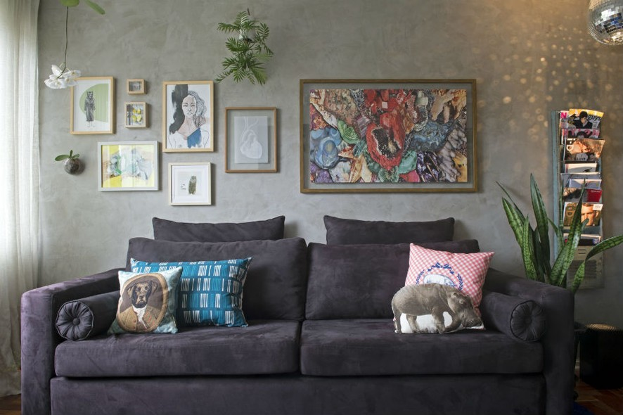 56acad714 A largura do sofá determinou a disposição dos quadros. Repare que o quadro  maior