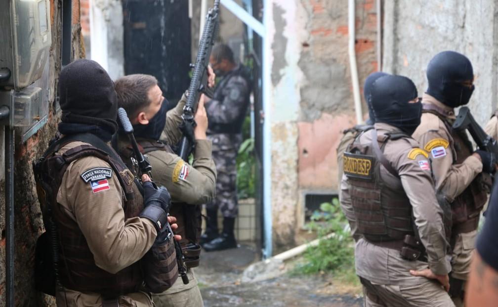 Pessoas são feitas reféns e policial militar é baleado durante operação no bairro de Santa Cruz em 2 de maio de 2021 — Foto: Alberto Maraux/SSP-BA