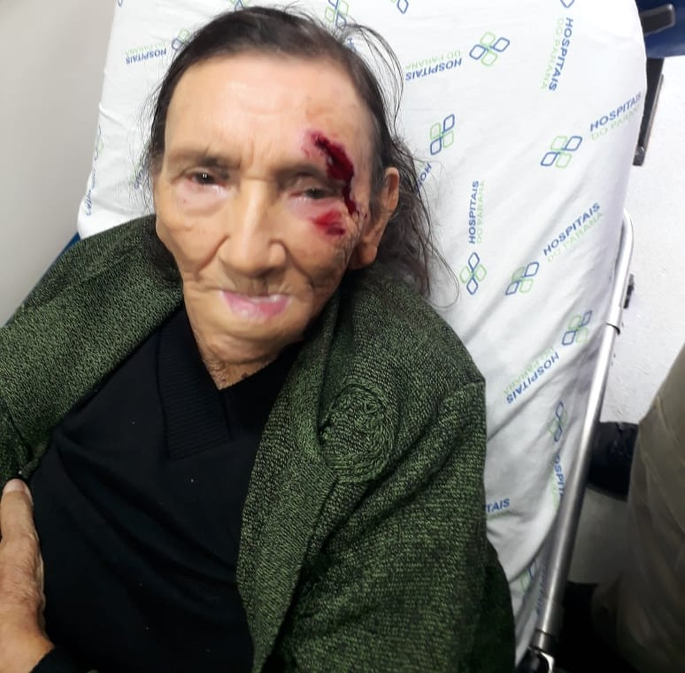 Idosa machucou o rosto e o ombro após cair em frente a agência bancária de Londrina — Foto: Reprodução/RPC
