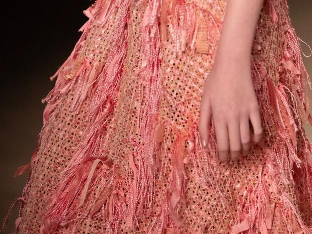 Detalhe da saia de um dos looks que cruzaram a passarela no desfile da estilista Fabiana Milazzo, no SPFW 45 (Foto: Thibé)