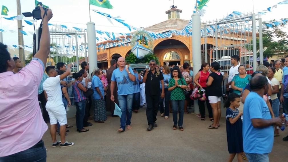 Devotos na saída de igreja em Porto Velho (Foto: Rose Lopes/G1)