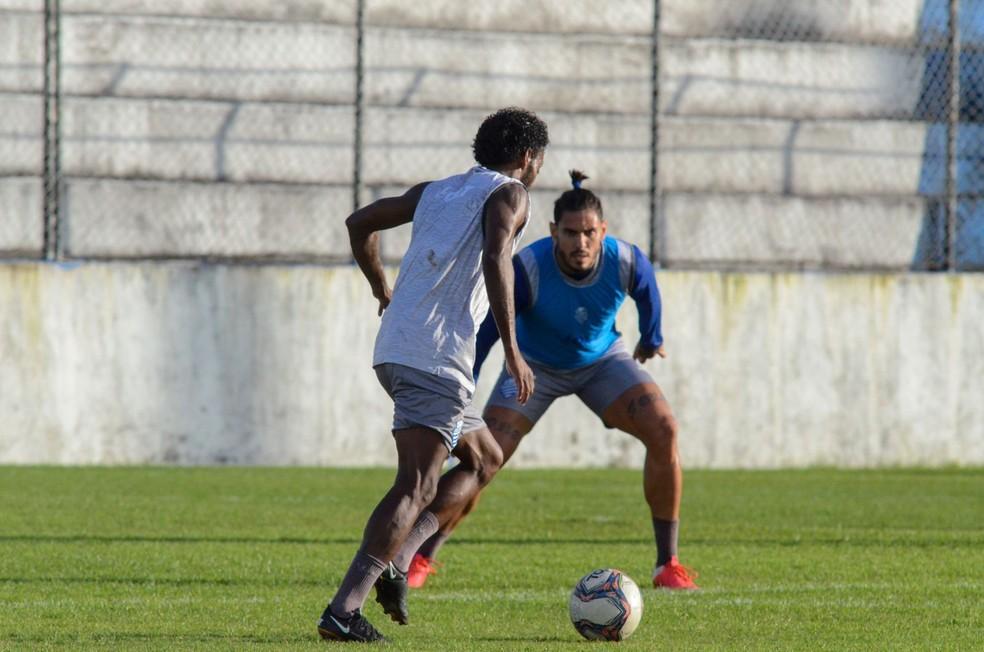 Marquinhos, com a bola, treina normalmente com o elenco azulino — Foto: Augusto Oliveira/CSA