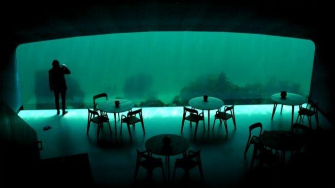 Inaugurado em março, o restaurante Under é o primeiro restaurante submerso da Europa (Foto: Divulgação)