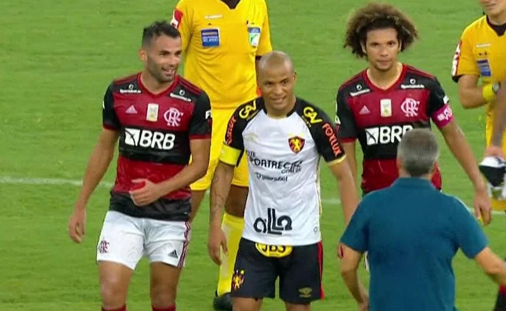 Thiago Maia levou cartão vermelho com ele após brincadeira com Patric — Foto: Reprodução