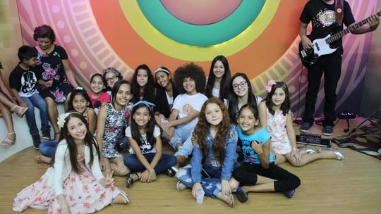 'Paneiro' celebra dia das crianças com ex-'The Voices Kids'