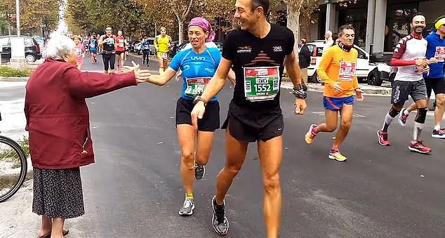 Valeriana Corelli, de 84 anos, da Itália, decidiu apoiar os competidores na Maratona de Ravenna (Foto: Reprodução / Daily Mail)