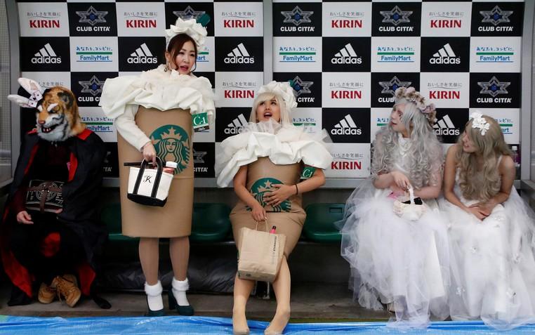 Participantes usaram fantasias inspiradas em café da Starbucks (Foto: Kyung-hoon/Reuters)