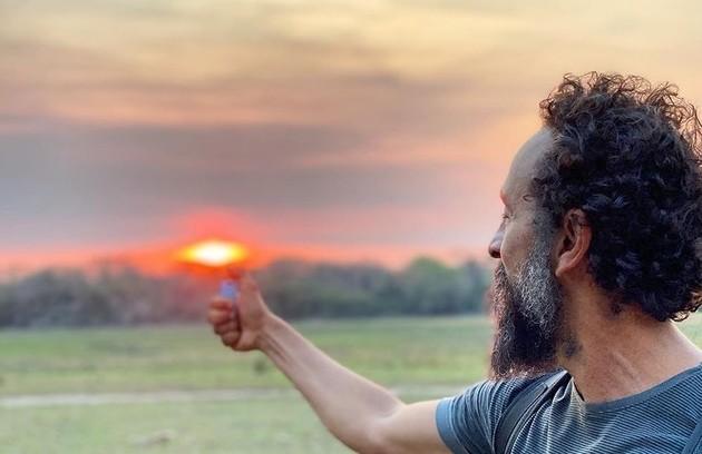 Irandhir Santos posa para Renato Góes no pôr do sol do Pantanal (Foto: Reprodução/Instagram)