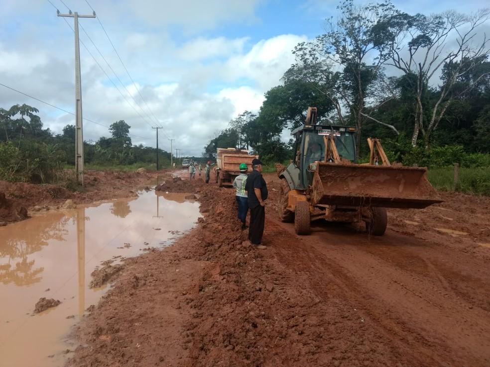 Máquinas tentam retirar lama da via para liberar o tráfego — Foto: Carlos Brito/TV Liberal