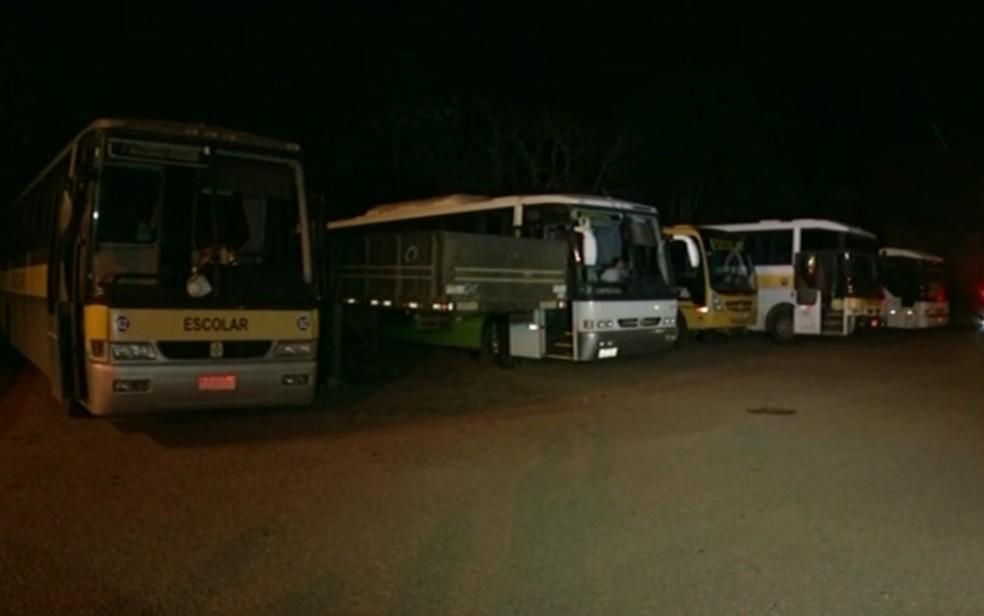 PRF apreende ônibus escolares que apresnetavam irregularidades (Foto: Reprodução/TV Globo)