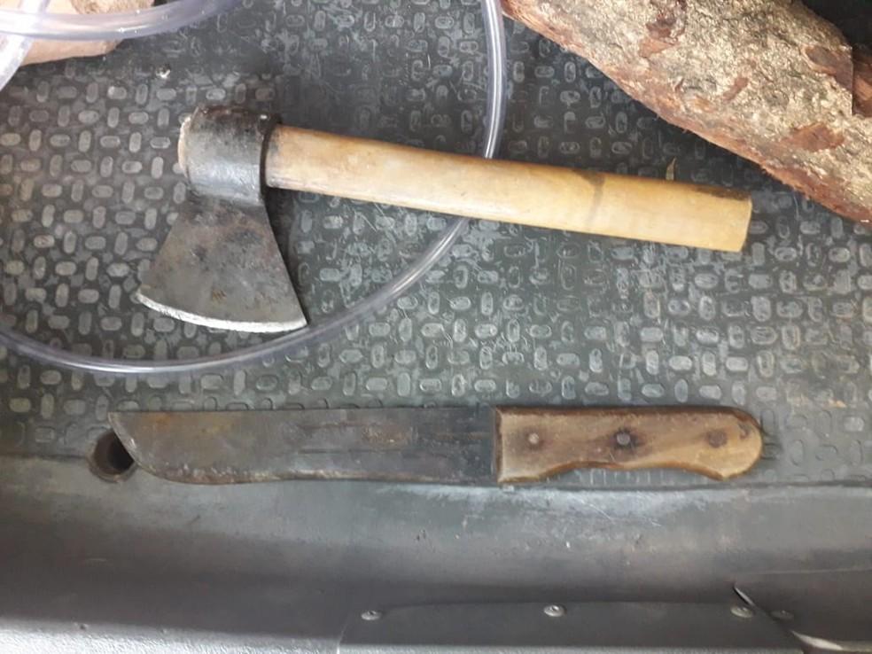 Machado e facão foram apreendidos — Foto: TVCA/Reprodução