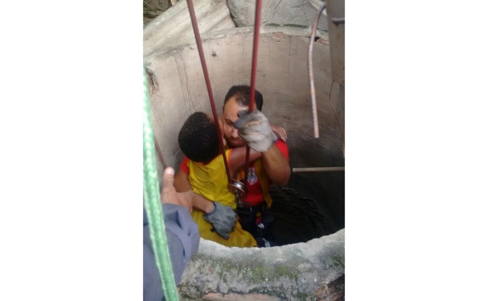 Menino de seis anos foi resgatado pelos bombeiros após segurar em cano  (Foto: Reprodução/ TV Bahia)