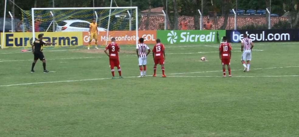 De pênalti, Wilson marcou na vitória do Taboão sobre o CRB — Foto: Reprodução FPFTV