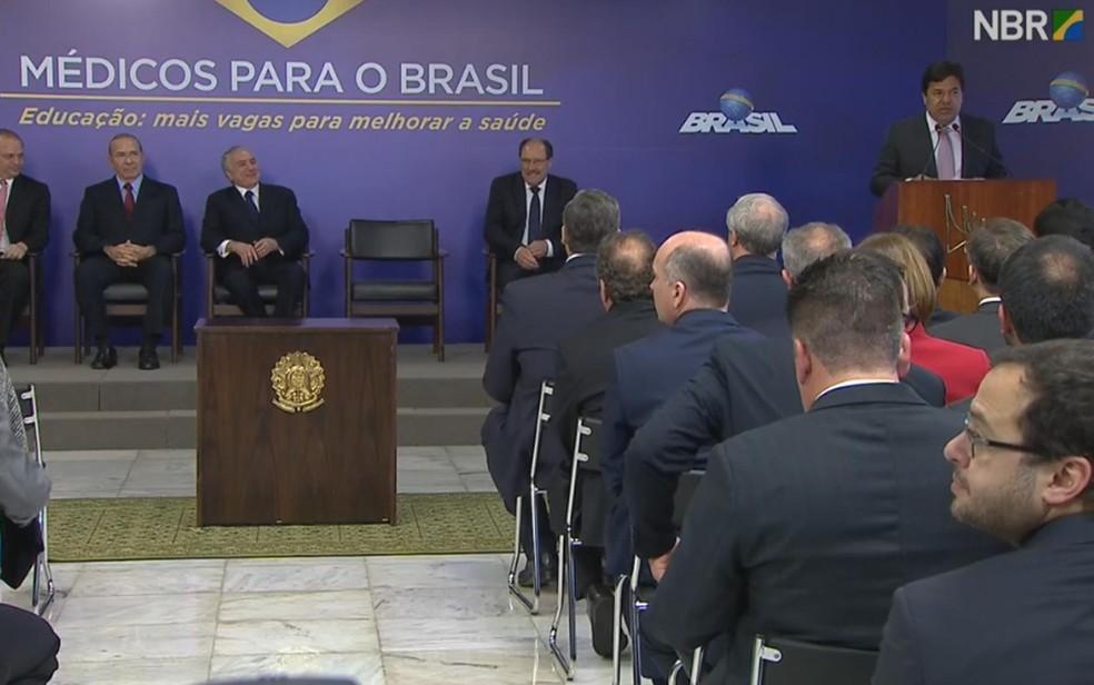 Cerimônia no Palácio do Planalto de assinatura de autorização para novos cursos de medicina (Foto: Reprodução/NBR)