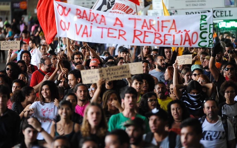 Pessoas fazem protesto na Rodoviária, em Brasília, contra o aumento da tarifa do transporte público no Distrito Federal (Foto: Andressa Anholete/AFP)