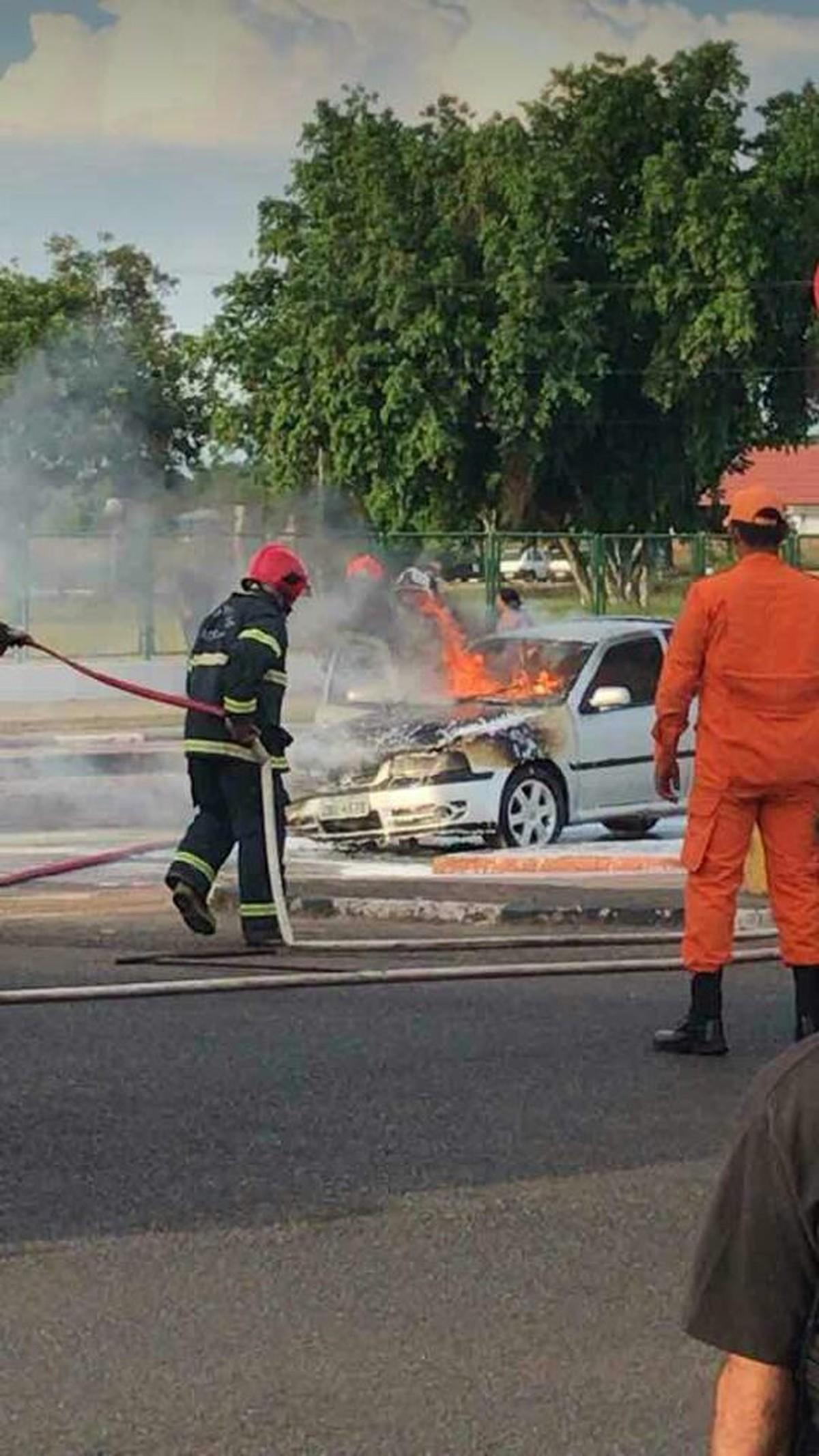 Carro pega fogo na avenida Brigadeiro Eduardo Gomes, em Boa Vista