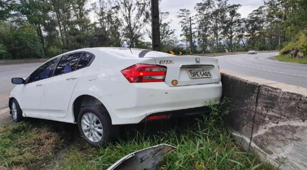 Vereador de Pouso Alegre bate carro em mureta de proteção da rodovia Fernão Dias