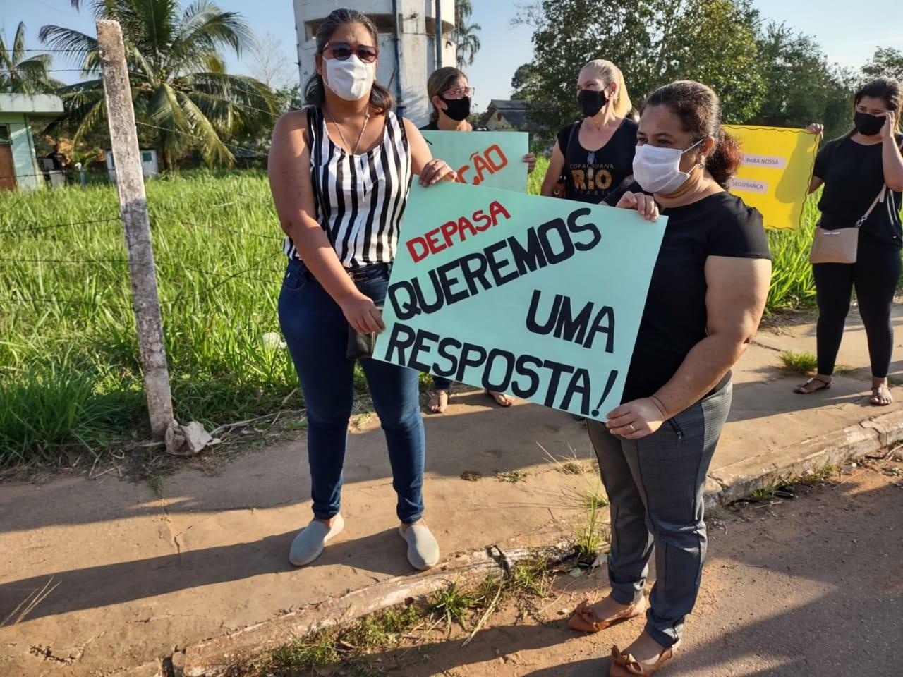 Comunidade escolar protesta por demolição de reservatório de água que ameaça cair sobre local no AC