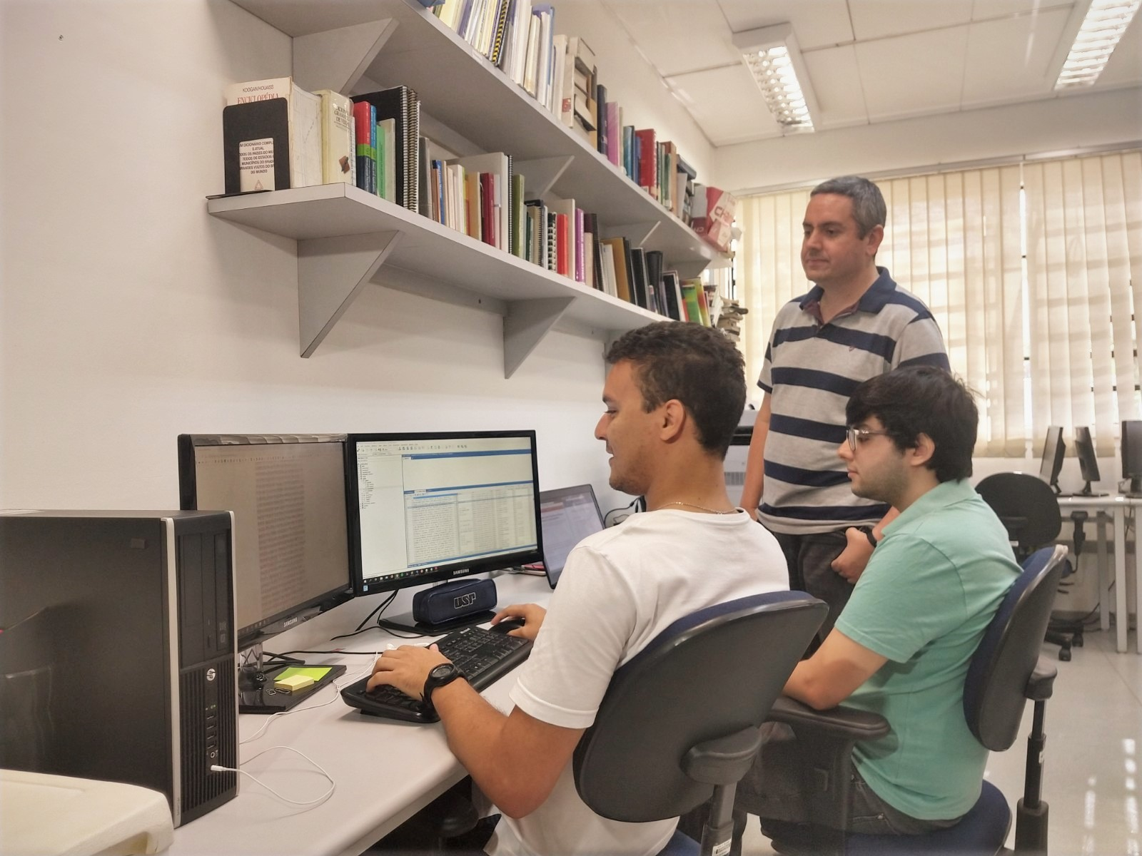 Pesquisadores desenvolvem a ferramenta no laboratório do NILC (Núcleo Interinstitucional de Linguística Computacional) (Foto: Denise Casatti – Assessoria de Comunicação do ICMC/USP)