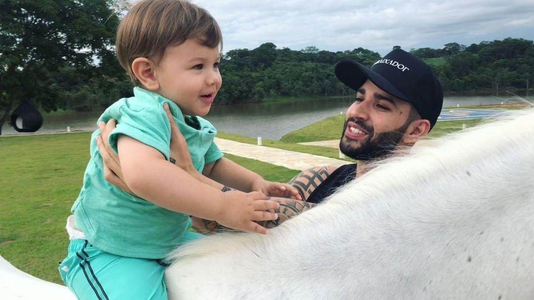 Gusttavo Lima com o pequeno Gabriel (Foto: Reprodução/Instagram)