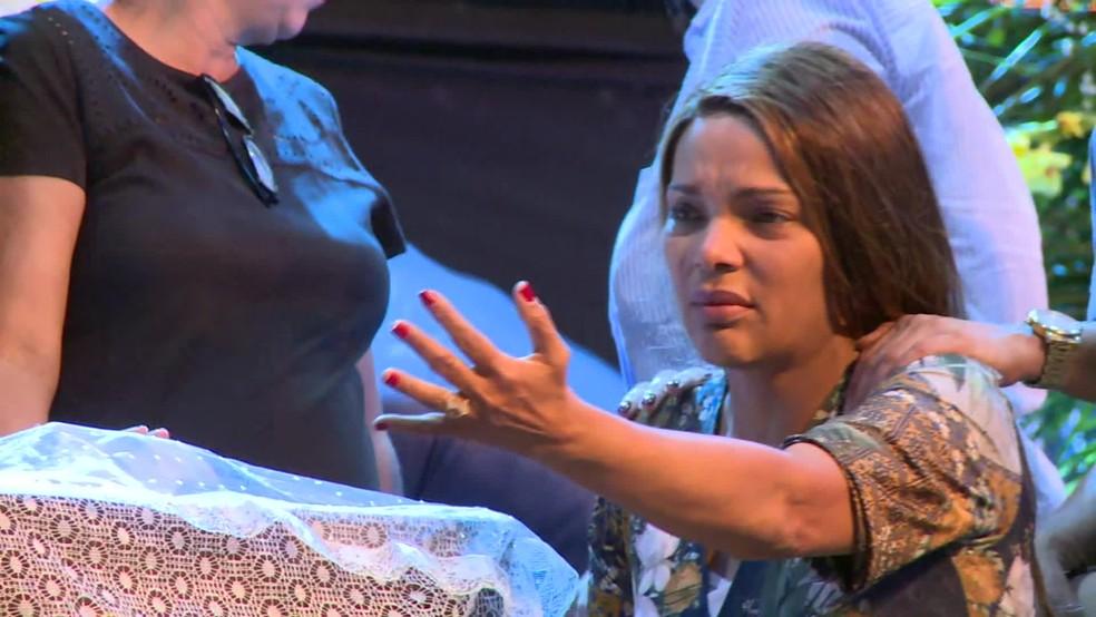 Deputada Flordelis participa do velório do marido — Foto: Reprodução/TV Globo