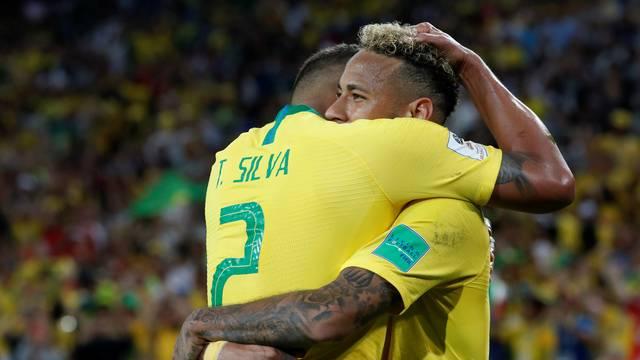 Thiago Silva e Neymar comemoram o segundo gol do Brasil