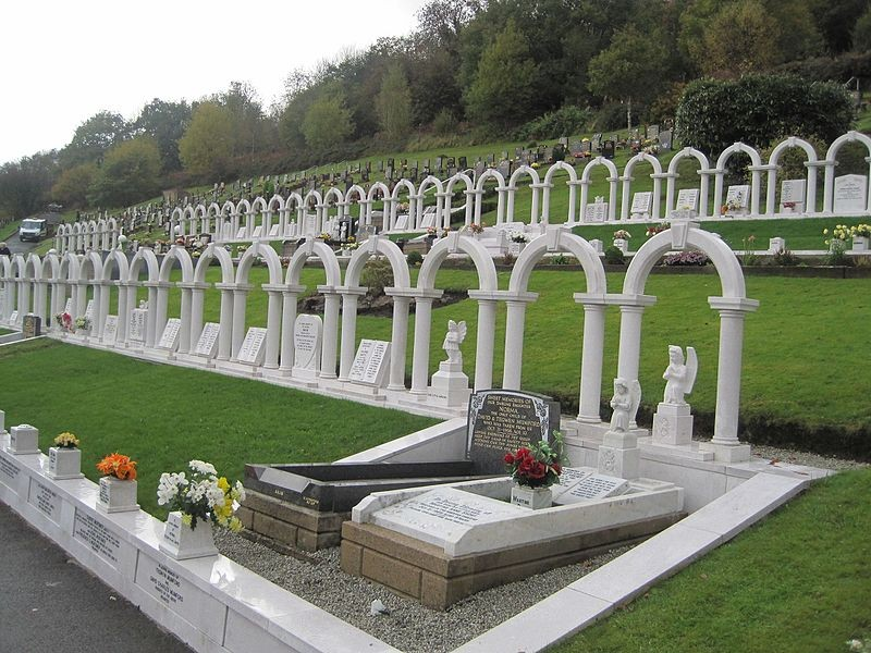 Cemitério de vítimas do desastre de Aberfan virou um memorial aberto ao público (Foto: Llywelyn2000 at Welsh Wikipedia/Wikimedia Commons)