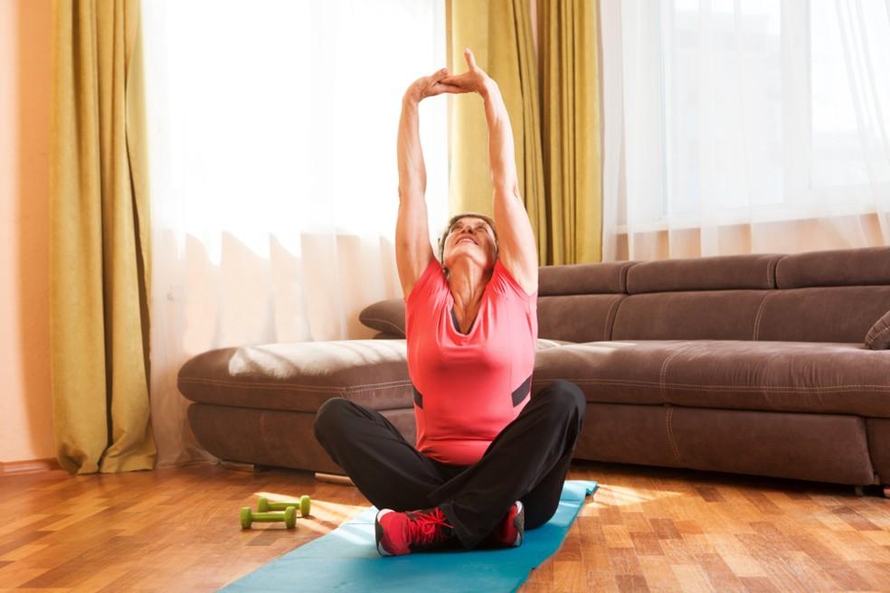 Práticas de pouco impacto são as mais indicadas para quem está acima dos 50 anos — Foto: Shutterstock