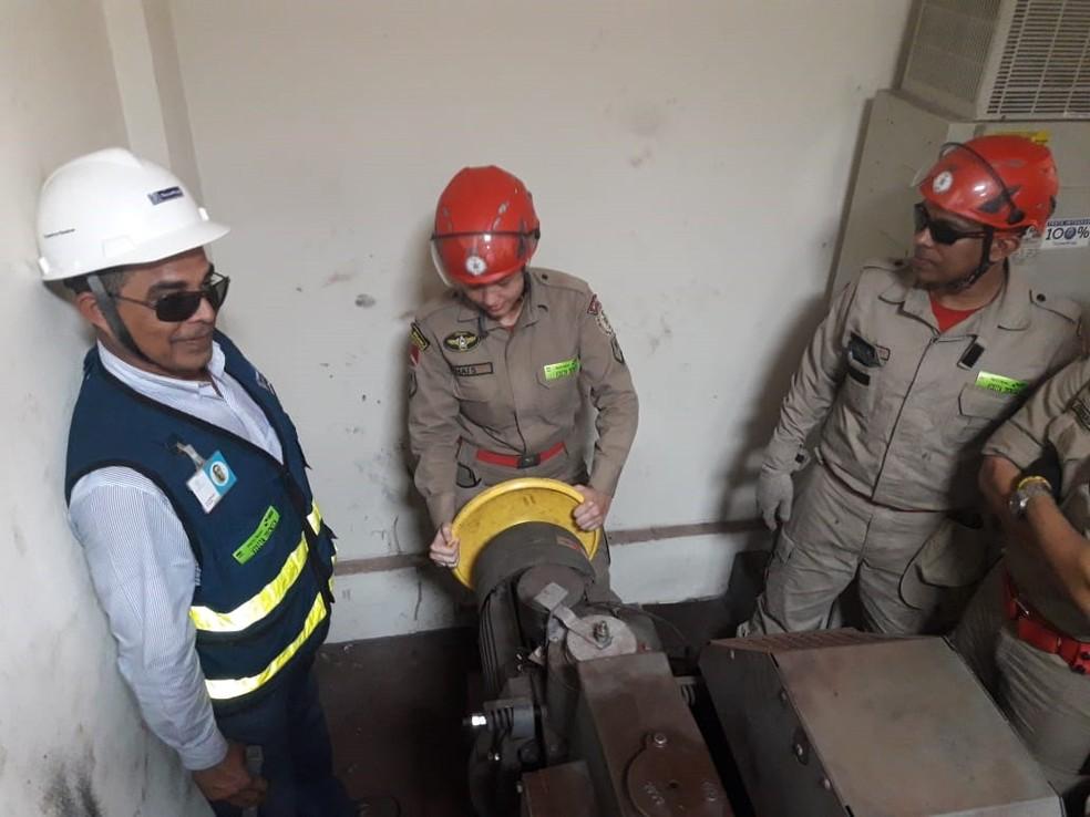 -  Bombeiros Militares do 4ºGBM durante treinamento de resgate a pessoas presas em elevadores  Foto: Ascom 4GBM/Divulgação