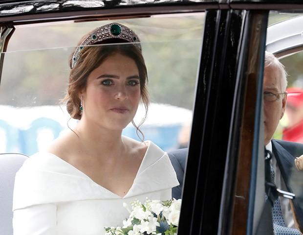 Princesa Eugenie usou uma coroa de diamantes e esmeraldas, emprestada pela Rainha (Foto: Getty Images)
