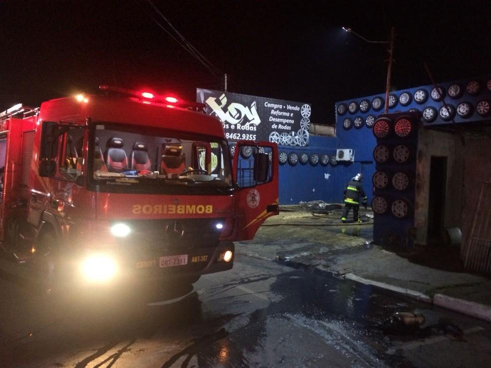 Incêndio destrói loja de rodas esportivas e pneus em Várzea Grande (MT) (Foto: Corpo de Bombeiros de MT/Assessoria)