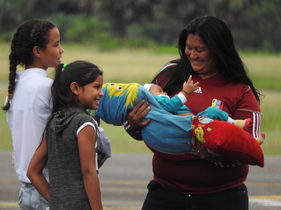 Mulher e crianças venezuelanas embarcam em voo de interiorização (Foto: Alan Chaves/G1 RR)