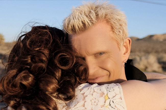 "Billy Idol em cena do videoclipe ""Save Me Now"" (Foto: Reprodução)"